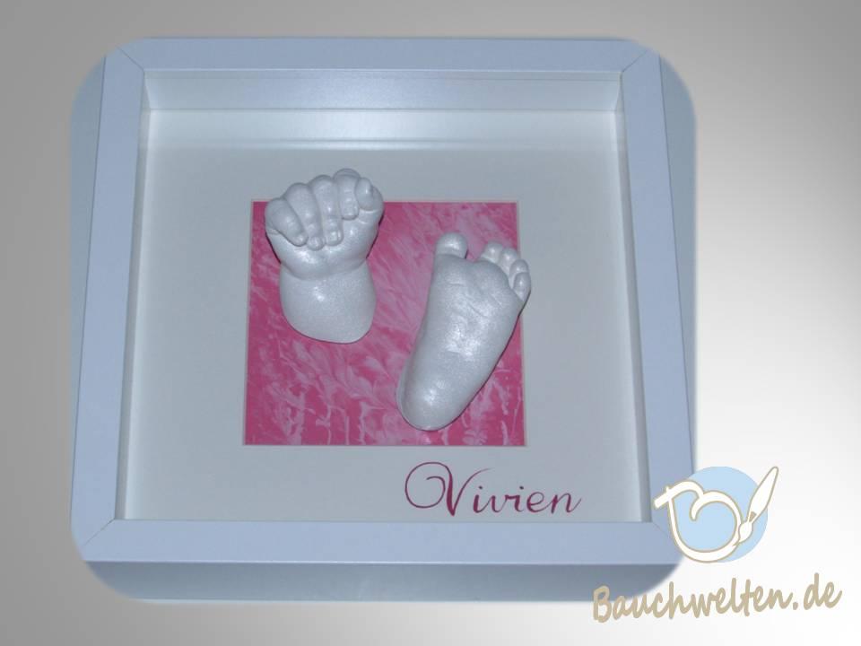 Händchen und Füßchenkopie von Vivian im weißen Objektrahmen mit rosa Monotypie und handgeschriebenem Namen