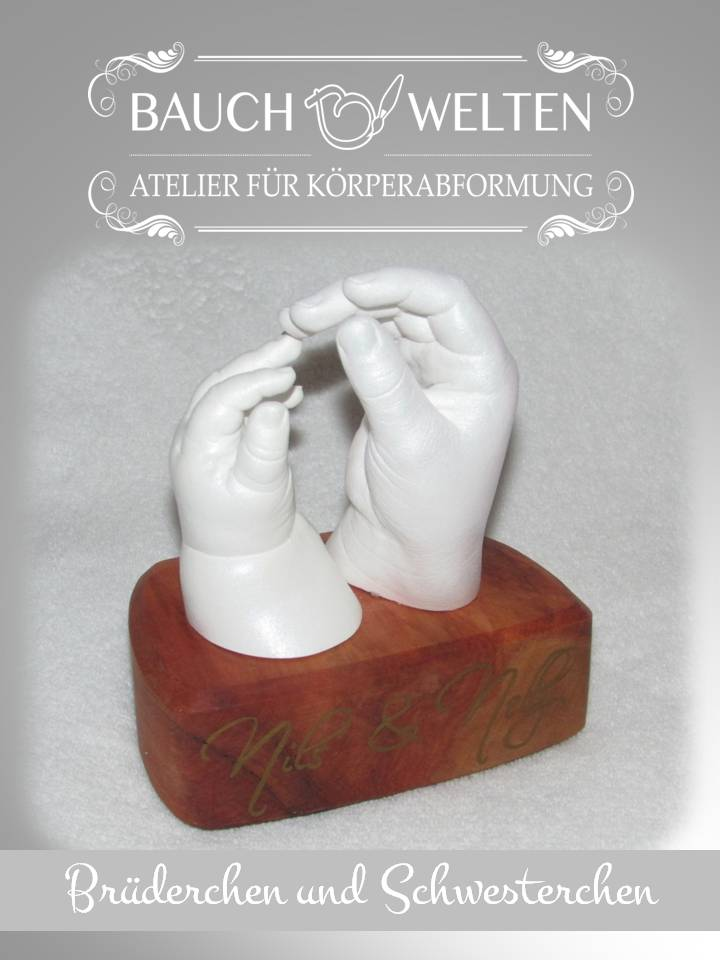 Nils und Nelly: Geschwisterhändchen auf edlem Holzsockel mit handgeschriebenem Namenszug