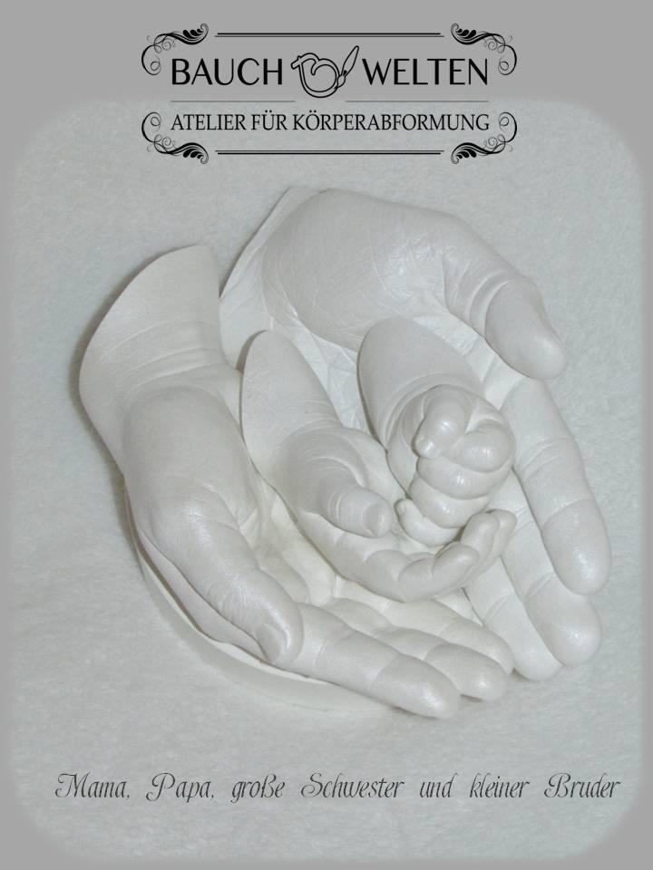 Familienhandabformung 4 Hände ineinander, auf handgefertigtem, passenden Sockel.