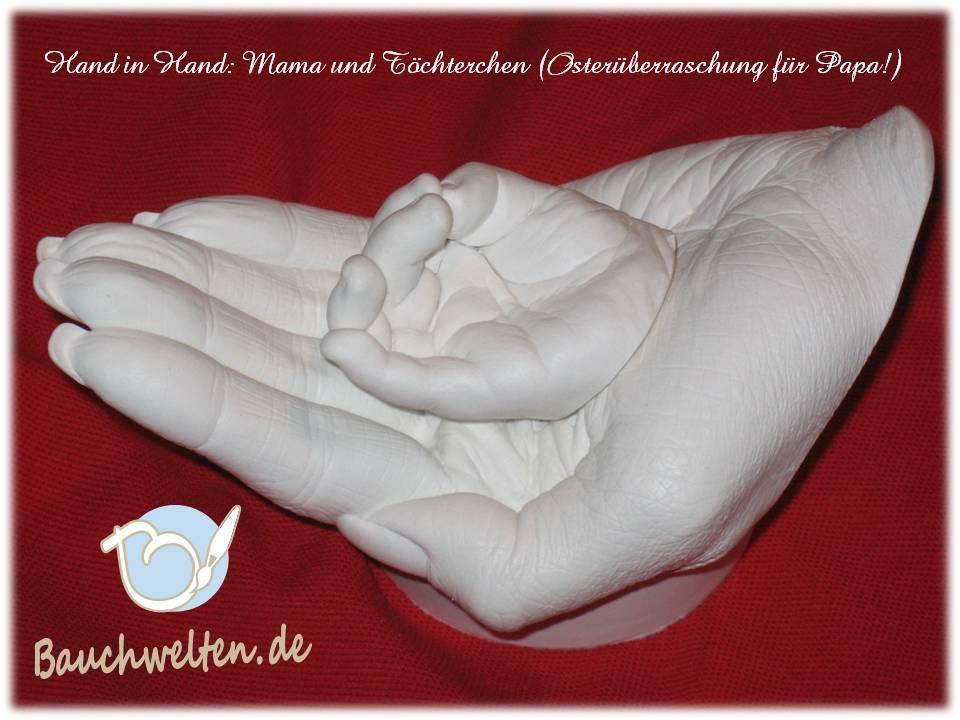 Mamahand und Babyhand auf handgefertigtem Sockel