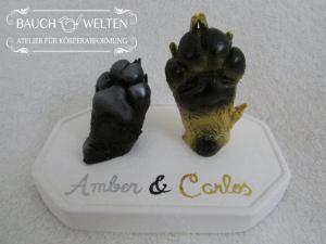 Amber und Carlos: Mops-Pfötchen auf Keramiksockel