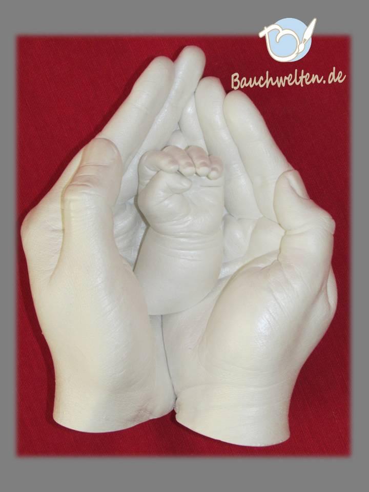 Elternhandschale mit Händchenabformung des neugeborenen Kindes
